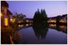 家族やグループで特別な時間を森と湖に囲まれたコテージタイプのホテル